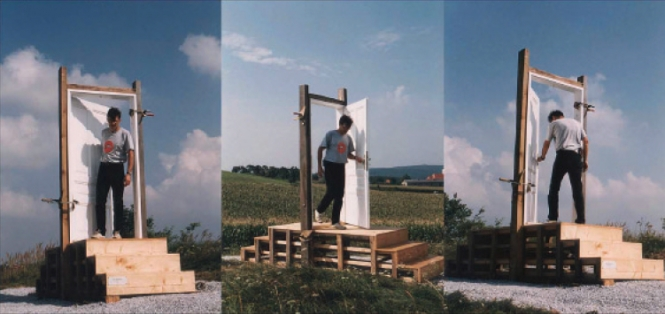 Калин Серапионов Entrance – Exit 1997 Site-specific installation, wooden construction, door, metal, gravels, 100x300x285 cm. Installation view from the farmer field above the city of Gars am Kamp, Austria 1997